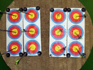 Competições indoor (em ambiente fechados) usam alvo com tripla face; cada face tem 40 centímetros de circunsferência