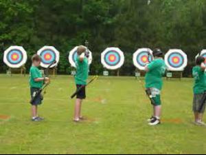 Nas competições outdoor, competidores disparam seis flechas em cada rodada